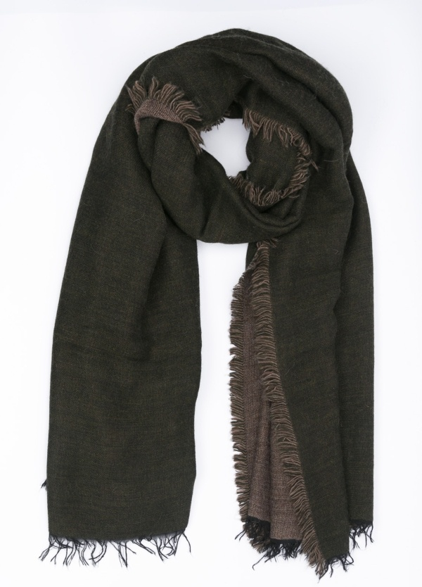 Foulard doble faz liso, color verde kaki y tostado, 60 X 180 cm. 50% Acrílico 38% Modal 8% Lana 4% Alpaca.