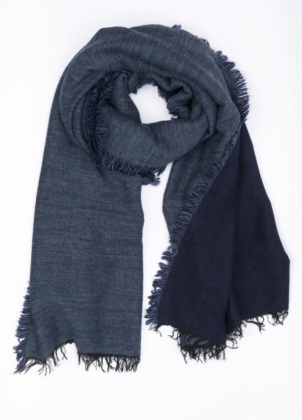 Foulard doble faz liso, color azul denim y azul marino, 60 X 180 cm. 50% Acrílico 38% Modal 8% Lana 4% Alpaca.