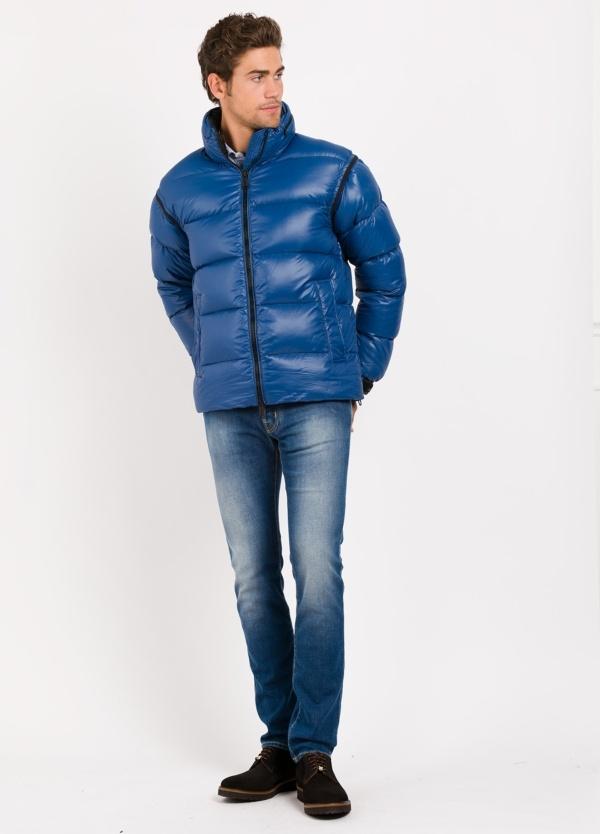 Chaqueta corta acolchada color azulon, tejido técnico.