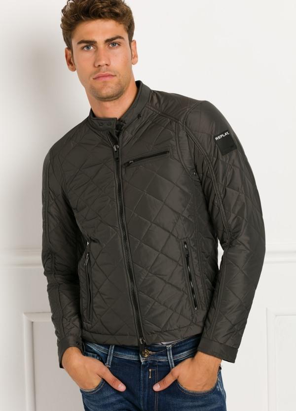 Cazadora corta, acolchada con bolsillos y cremallera, color gris oscuro. 100% Poliamida.