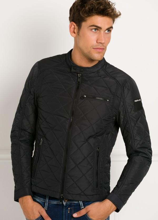 Cazadora corta, acolchada con bolsillos y cremallera, color negro. 100% Poliamida.