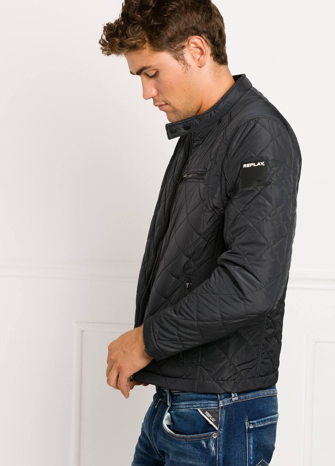 Cazadora corta, acolchada con bolsillos y cremallera, color negro. 100% Poliamida. - Ítem2
