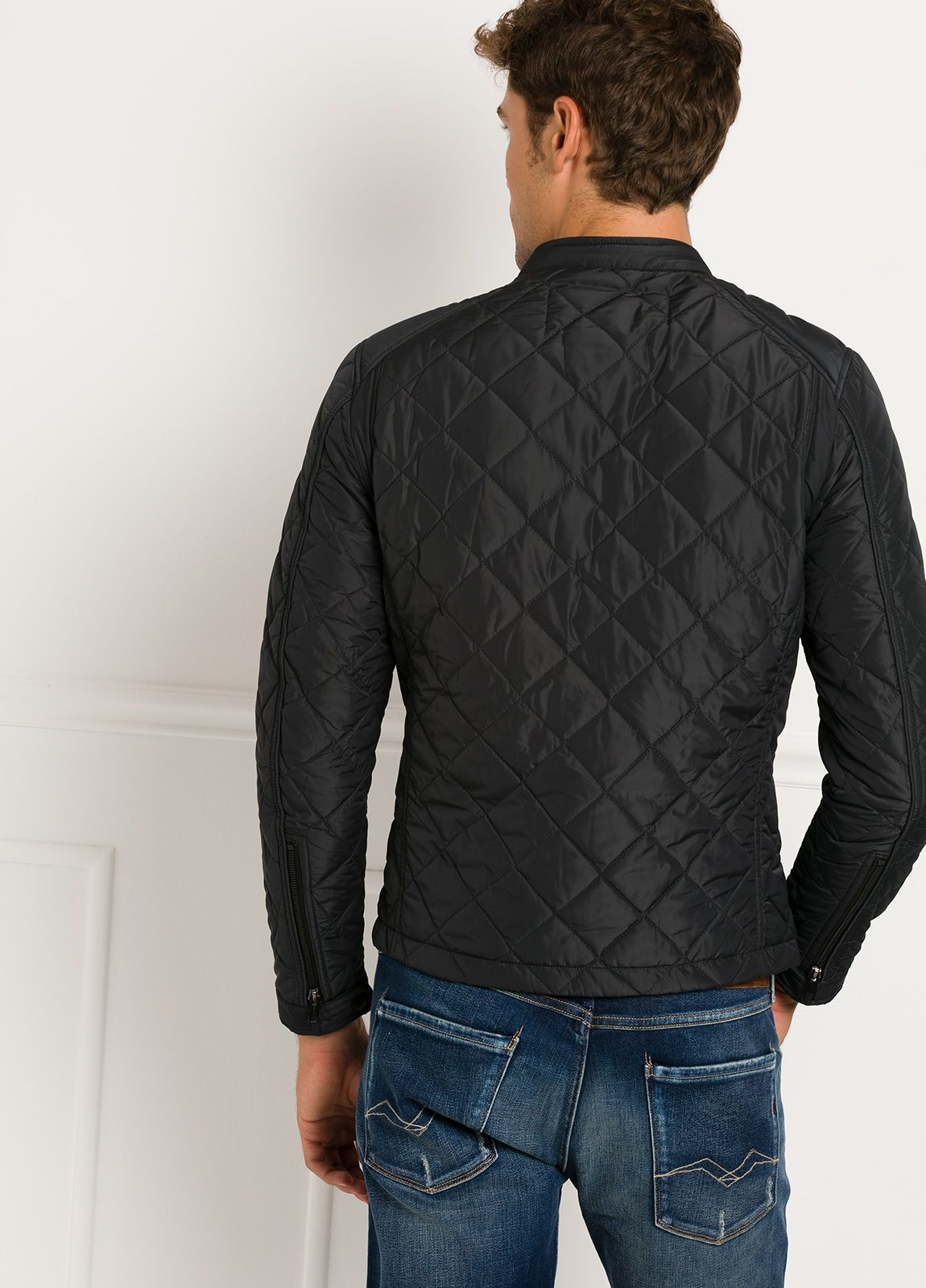 Cazadora corta, acolchada con bolsillos y cremallera, color negro. 100% Poliamida. - Ítem1
