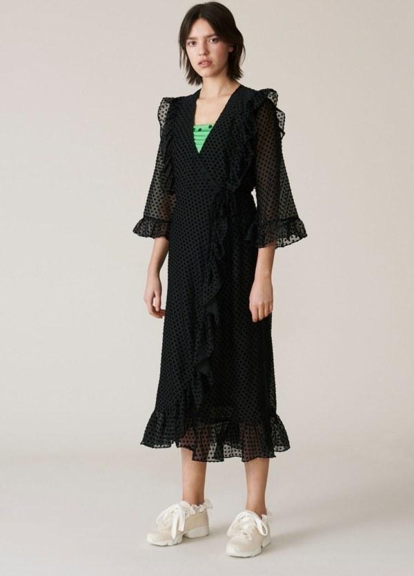 Vestido/abrigo, manga transparente tres cuartos, con volantes color negro. 65% Poliamida, 35% Viscosa.