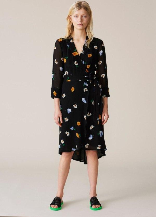 Vestido de capas envolventes con manga transparente tres cuartos. Estampado flores color negro. 100% Viscosa.