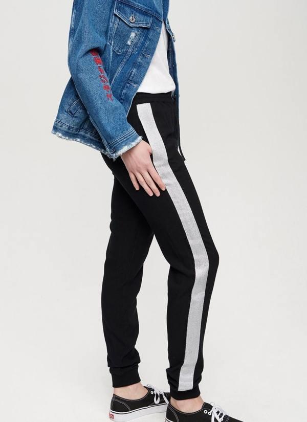 Pantalón jogging de corte holgado color negro con franja lateral color plata. 100% Viscosa.