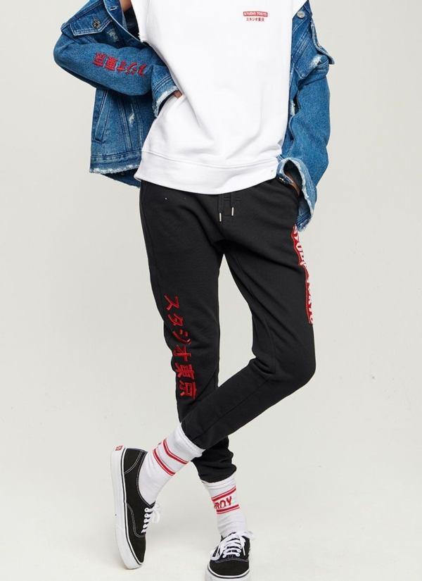 Pantalón jogging woman slim fit color negro con parches y letras bordadas en rojo. 100% Algodón.