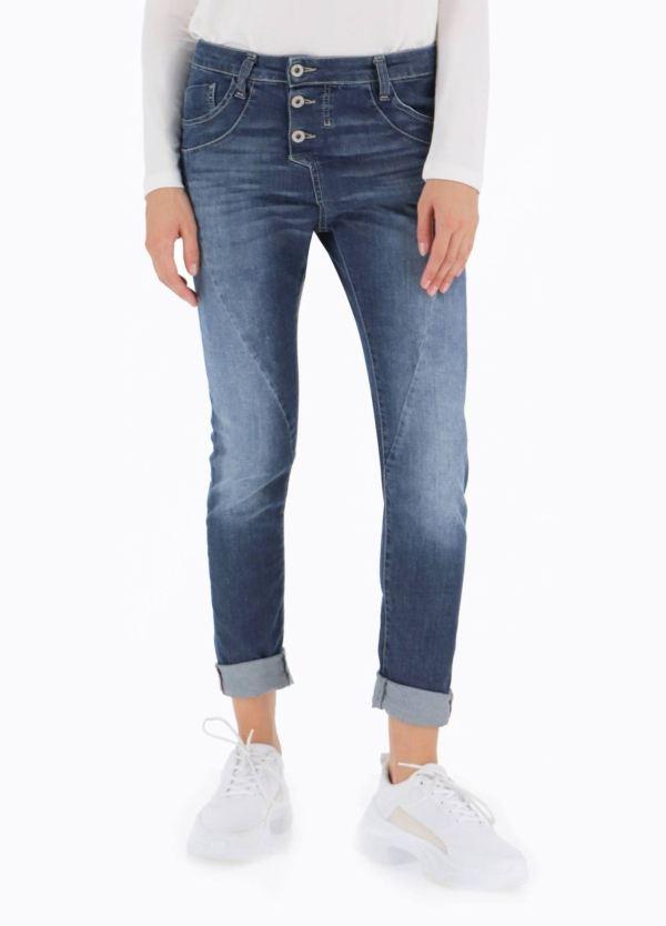 Pantalón tejano modelo P78A. Tiro bajo y holgado, cierre con 3 botones a la vista, color azul denim. 98% Algodón, 2% Ea.
