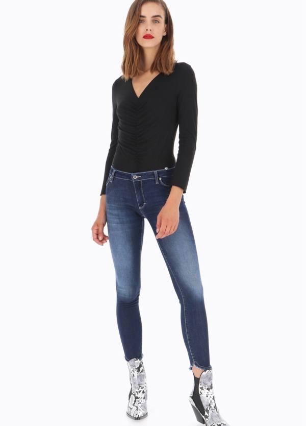 Pantalón tejano modelo P930. Corte Skinny, tiro medio y bajo sin rematar redondo, color azul denim oscuro. 70% Algodón, 14% Pol, 14% Lycra, 2% Ea.