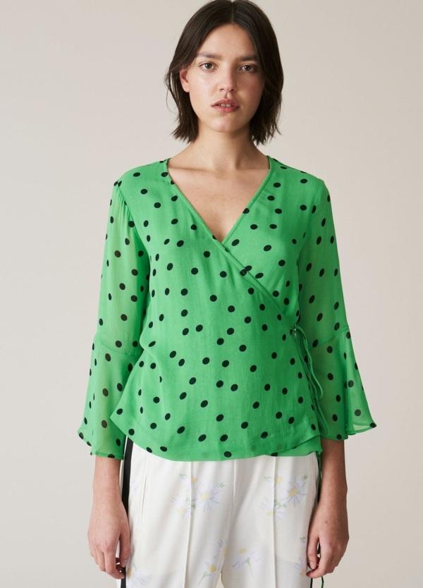 Top cruzado con manga tres cuartos transparente. Estampado de topos color verde. 100% Viscosa.
