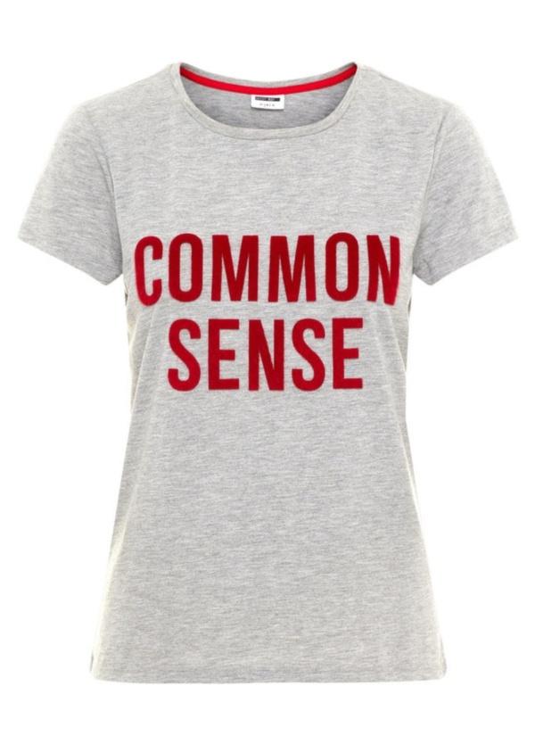 Camiseta básica m/corta de corte regular y texto de piel sintética. Color gris. 100% algodón.