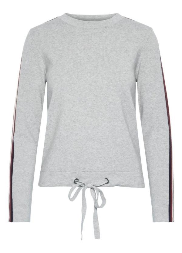 Jersey de punto cuello redondo, cordones dobladillo y franja de color en mangas, de color Color gris. 52% Viscosa, 28% Pol, 20% Nylon.
