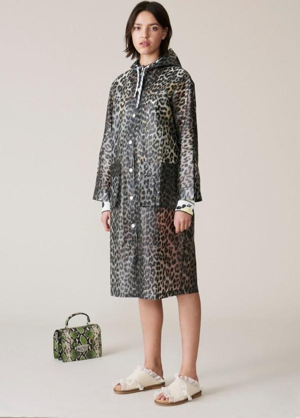 Chaqueta de lluvia woman con capucha, hasta la rodilla y bolsillos de parche. Estampado leopardo. 100% Poliuretano.
