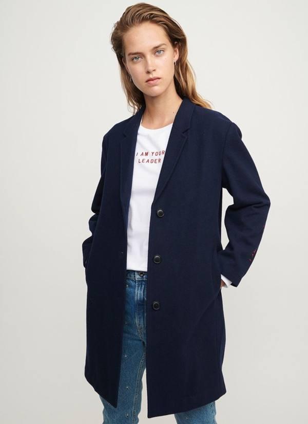 Abrigo woman regular fit con cierre de botones color azul noche, bordado gráfico en mangas. 50% Lana, 50% Pol.