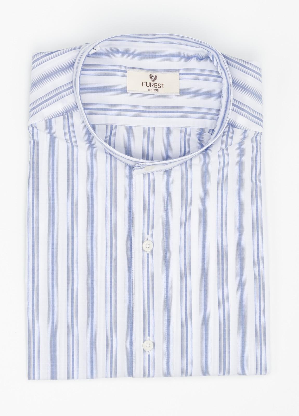 Camisa Leisure Wear SLIM FIT cuello mao. Fondo blanco rayas color azul celeste. 100% Algodón.