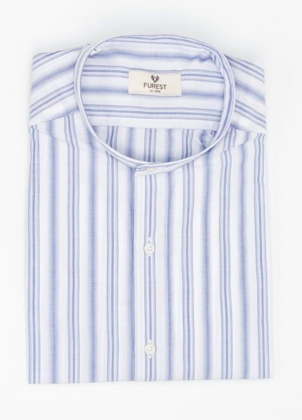 Camisa Leisure Wear SLIM FIT cuello mao. Fondo blanco rayas color azul celeste. 100% Algodón.