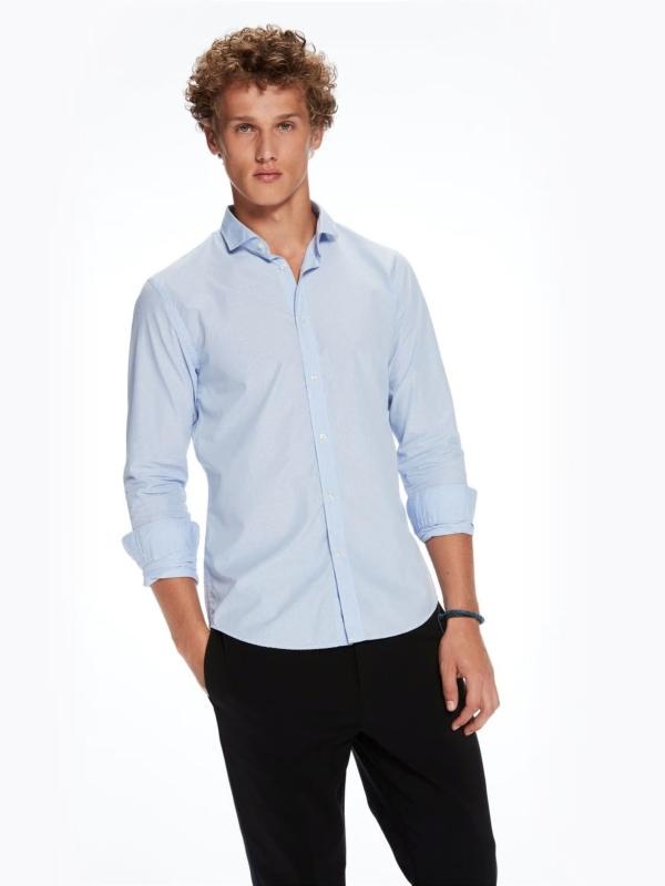 Camisa SLIM FIT, cuello italiano de rayas color azul celeste . 100% Algodón.