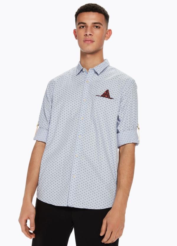Camisa REGULAR FIT, cuello clasico de dibujo color azul celeste. Pañuelo de bolsillo fijo y presillas en mangas.100% Algodón.