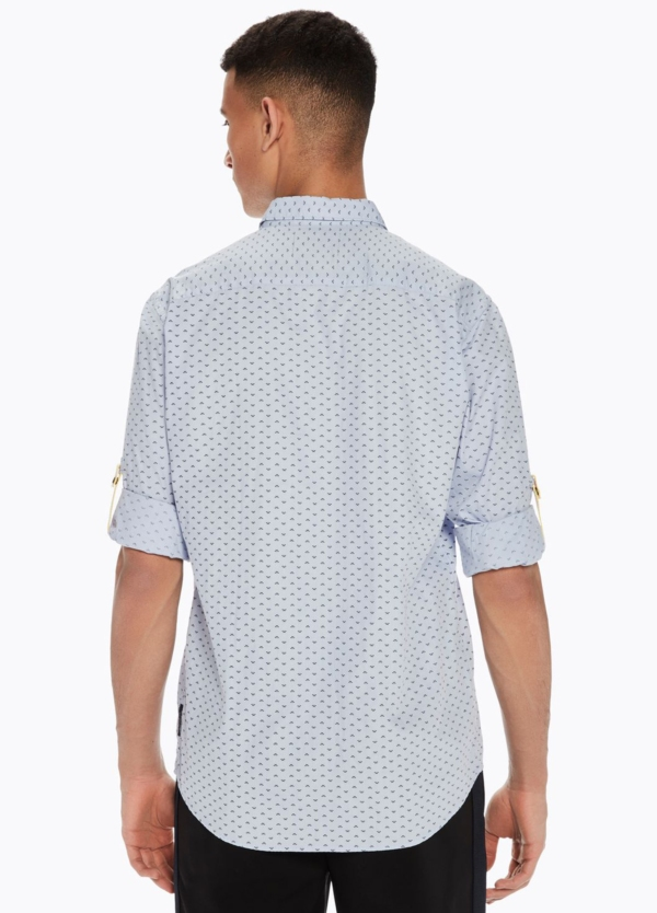 Camisa REGULAR FIT, cuello clasico de dibujo color azul celeste. Pañuelo de bolsillo fijo y presillas en mangas.100% Algodón. - Ítem1