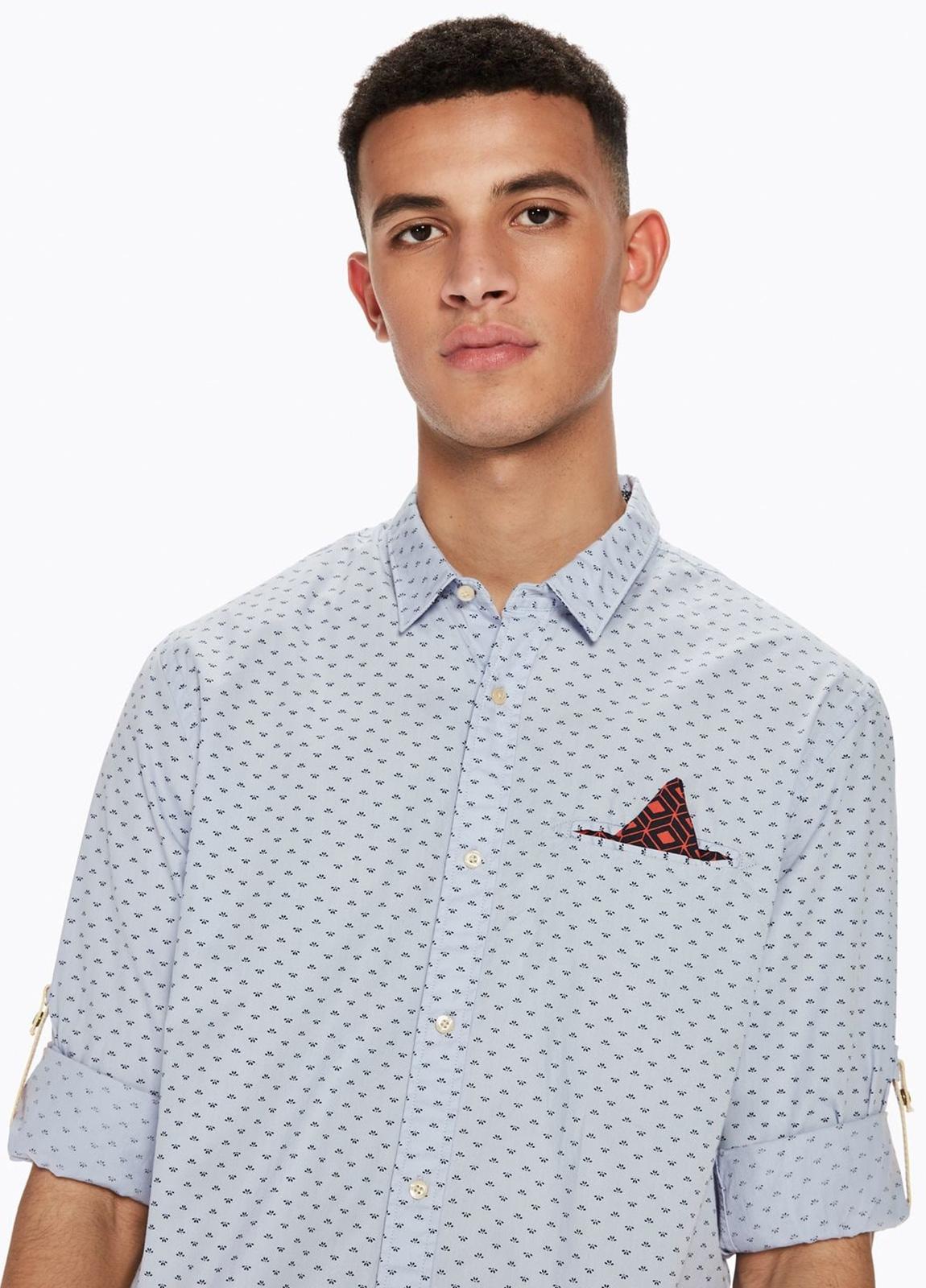 Camisa REGULAR FIT, cuello clasico de dibujo color azul celeste. Pañuelo de bolsillo fijo y presillas en mangas.100% Algodón. - Ítem3