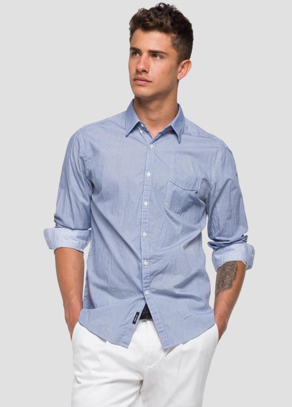 Camisa color azul con estampado geométrico. 100% Algodón.