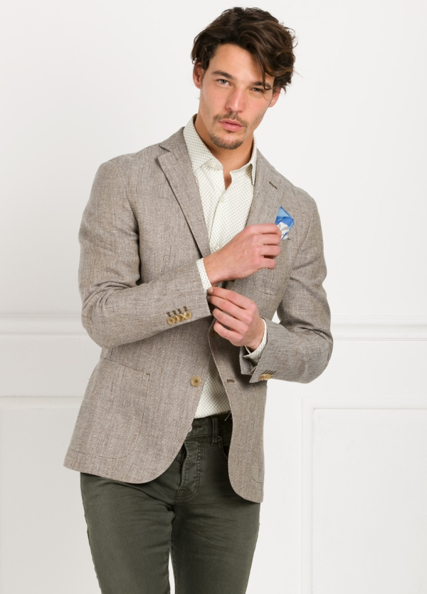 Americana SOFT JACKET Slim Fit diseño textura color beige. 60% Lino 18% Lana 12% Seda 10% Algodón.