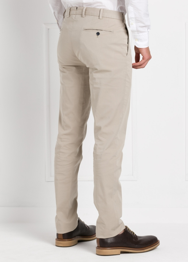 Pantalón chino modelo SANTA color beige. 97% Algodón 3% Elastán. - Ítem1