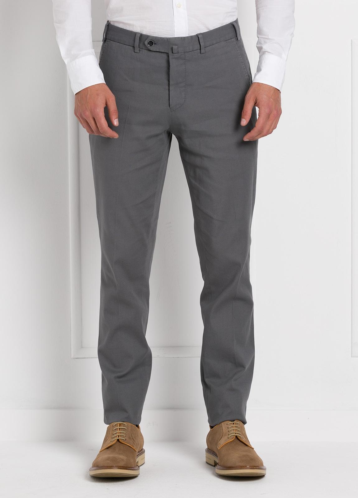 Pantalón chino modelo SANTA color gris. 97% Algodón 3% Elastán.