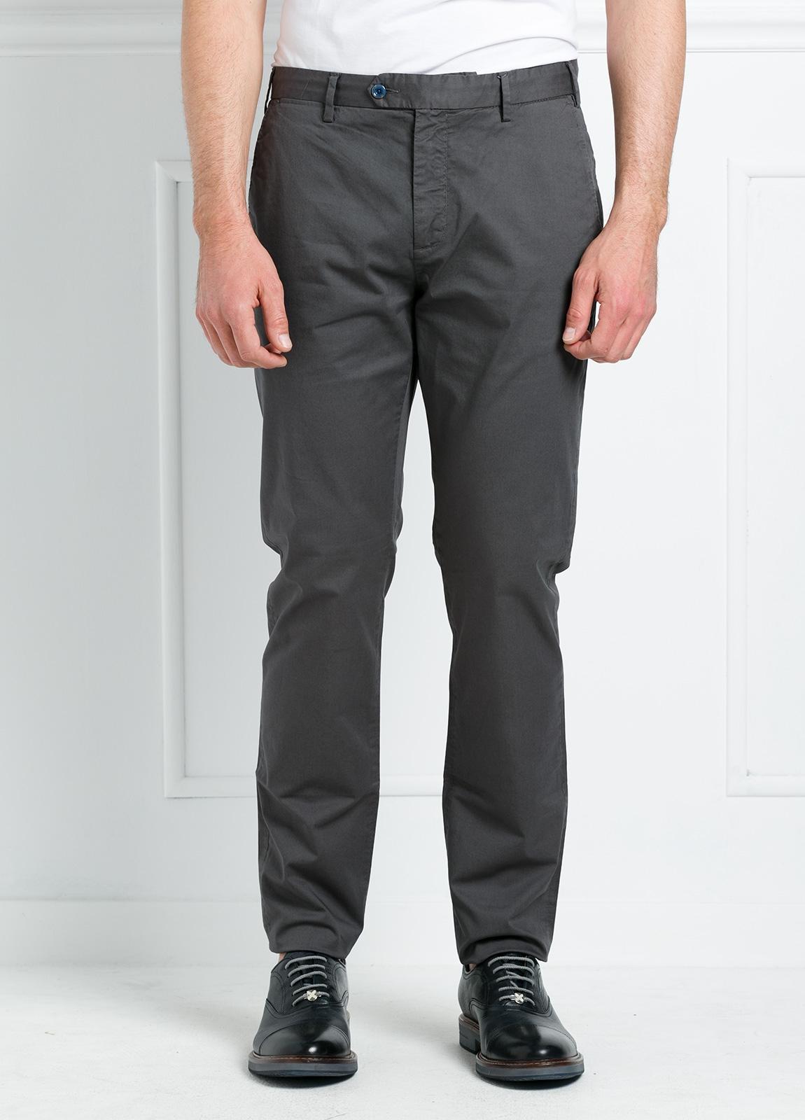 Pantalón chino REGULAR FIT modelo BRIAN color gris oscuro. 97% Algodón gabardina 3% Elastán. - Ítem1