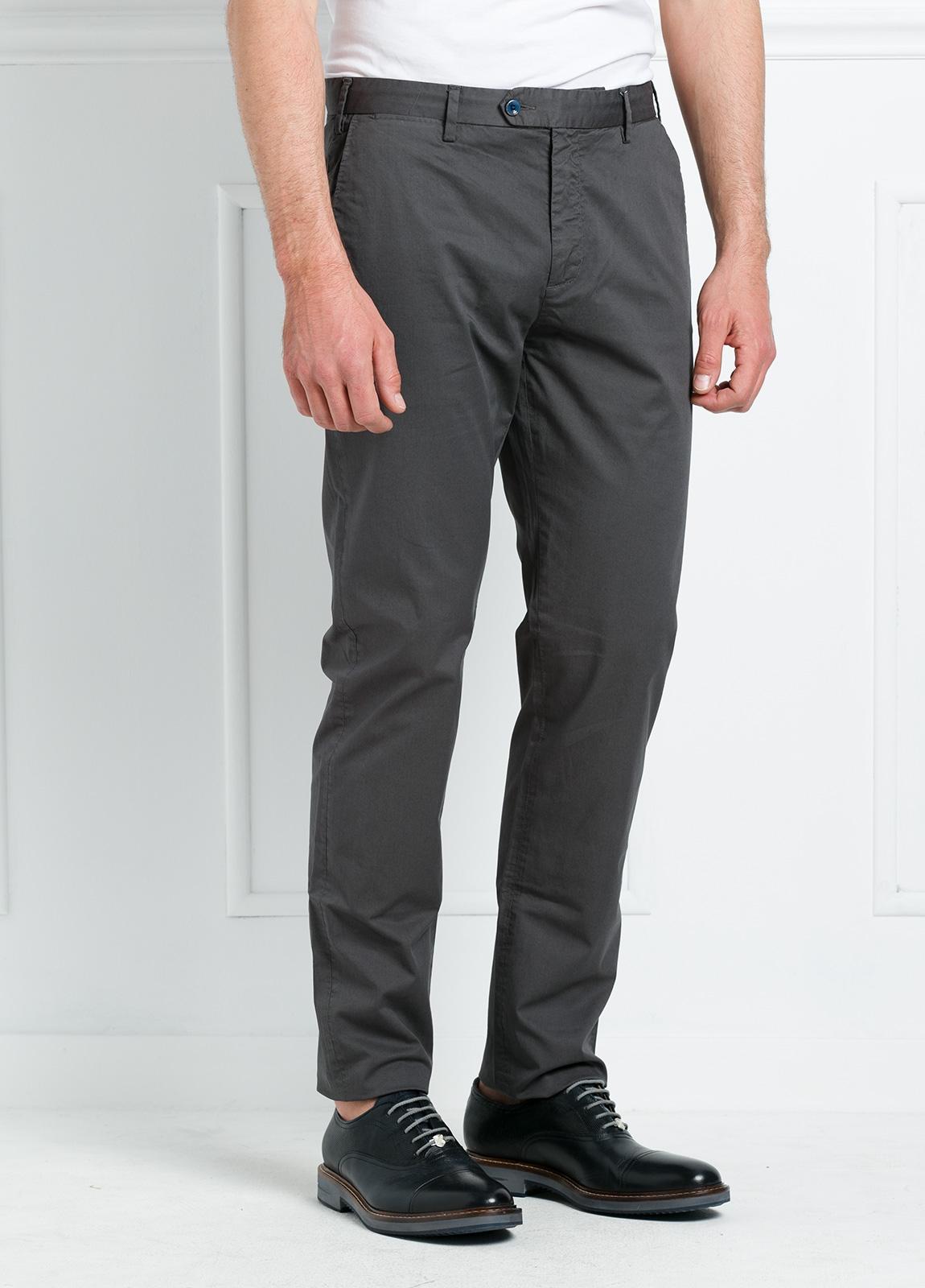Pantalón chino REGULAR FIT modelo BRIAN color gris oscuro. 97% Algodón gabardina 3% Elastán.