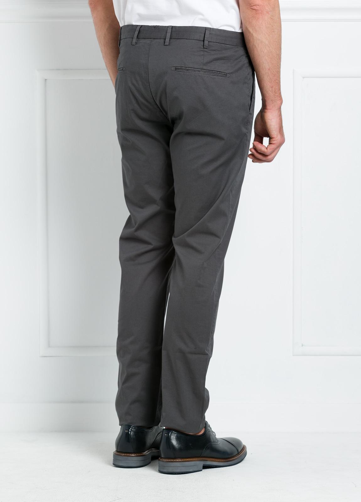 Pantalón chino REGULAR FIT modelo BRIAN color gris oscuro. 97% Algodón gabardina 3% Elastán. - Ítem3