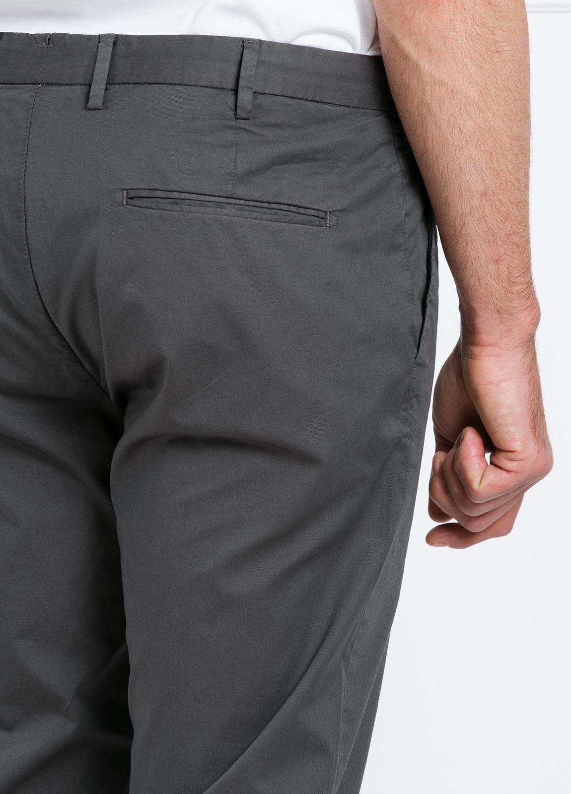 Pantalón chino REGULAR FIT modelo BRIAN color gris oscuro. 97% Algodón gabardina 3% Elastán. - Ítem2