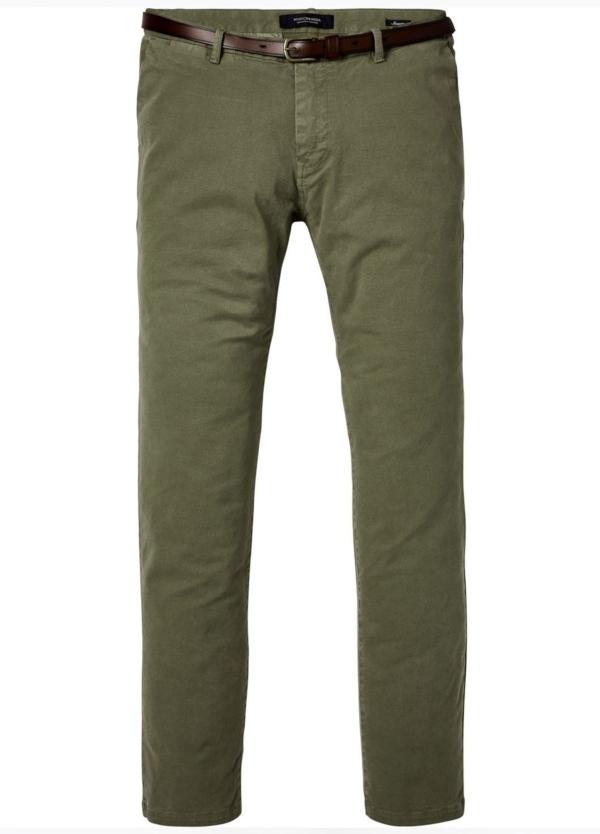 Pantalón chino slim fit modelo STUART color kaki teñido en prenda con cinturón incluido. 97% Algodón 3% Elastáno.