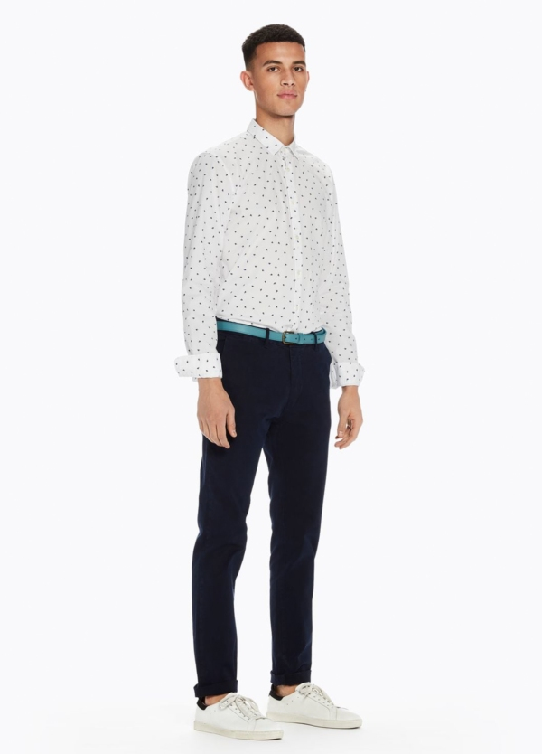 Pantalón chino slim fit modelo STUART color azul marino teñido en prenda con cinturón incluido. 97% Algodón 3% Elastáno.