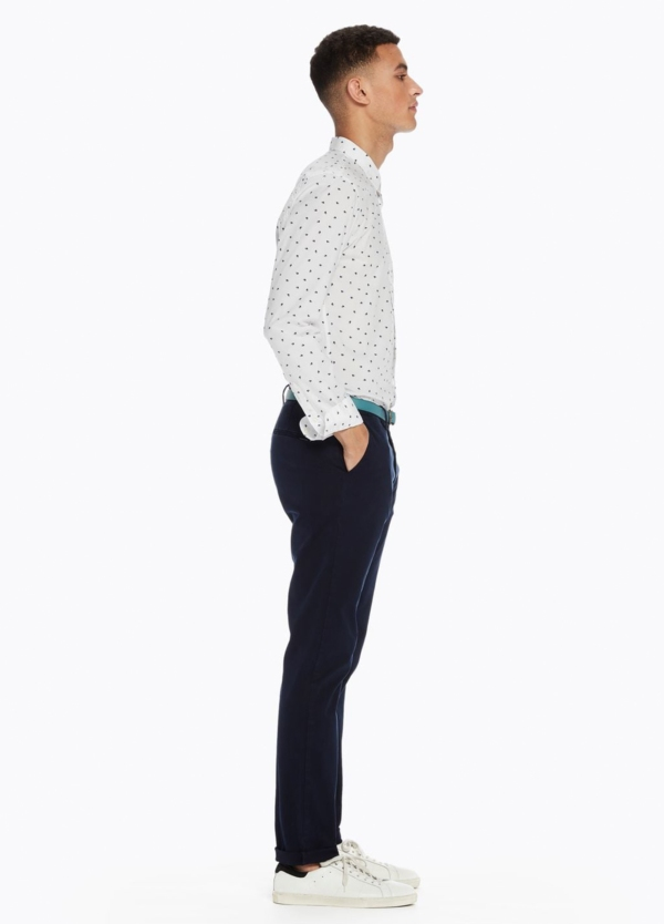 Pantalón chino slim fit modelo STUART color azul marino teñido en prenda con cinturón incluido. 97% Algodón 3% Elastáno. - Ítem1