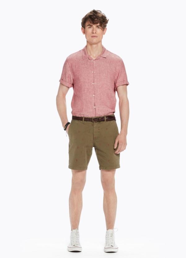 Short chino color kaki con estampado. 97% Algodón 3% elastano.