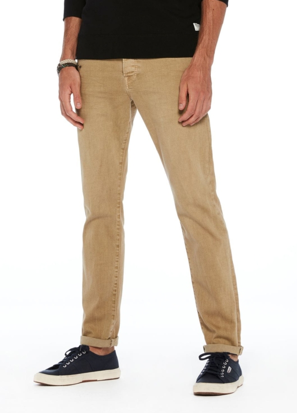 Pantalón 5 bolsillos regular slim fit modelo RALSTON denim elástico color beige. 78% Algodón 21% Poliéster 1% Elastano.