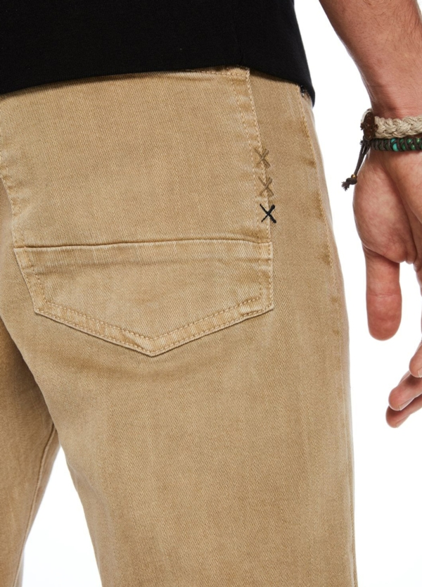 Pantalón 5 bolsillos regular slim fit modelo RALSTON denim elástico color beige. 78% Algodón 21% Poliéster 1% Elastano. - Ítem1