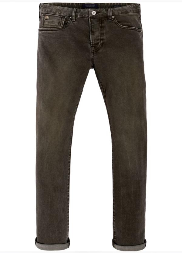 Pantalón 5 bolsillos regular slim fit modelo RALSTON denim elástico teñido en prenda color verde oscuro. 78% Algodón 21% Poliéster 1% Elastano.