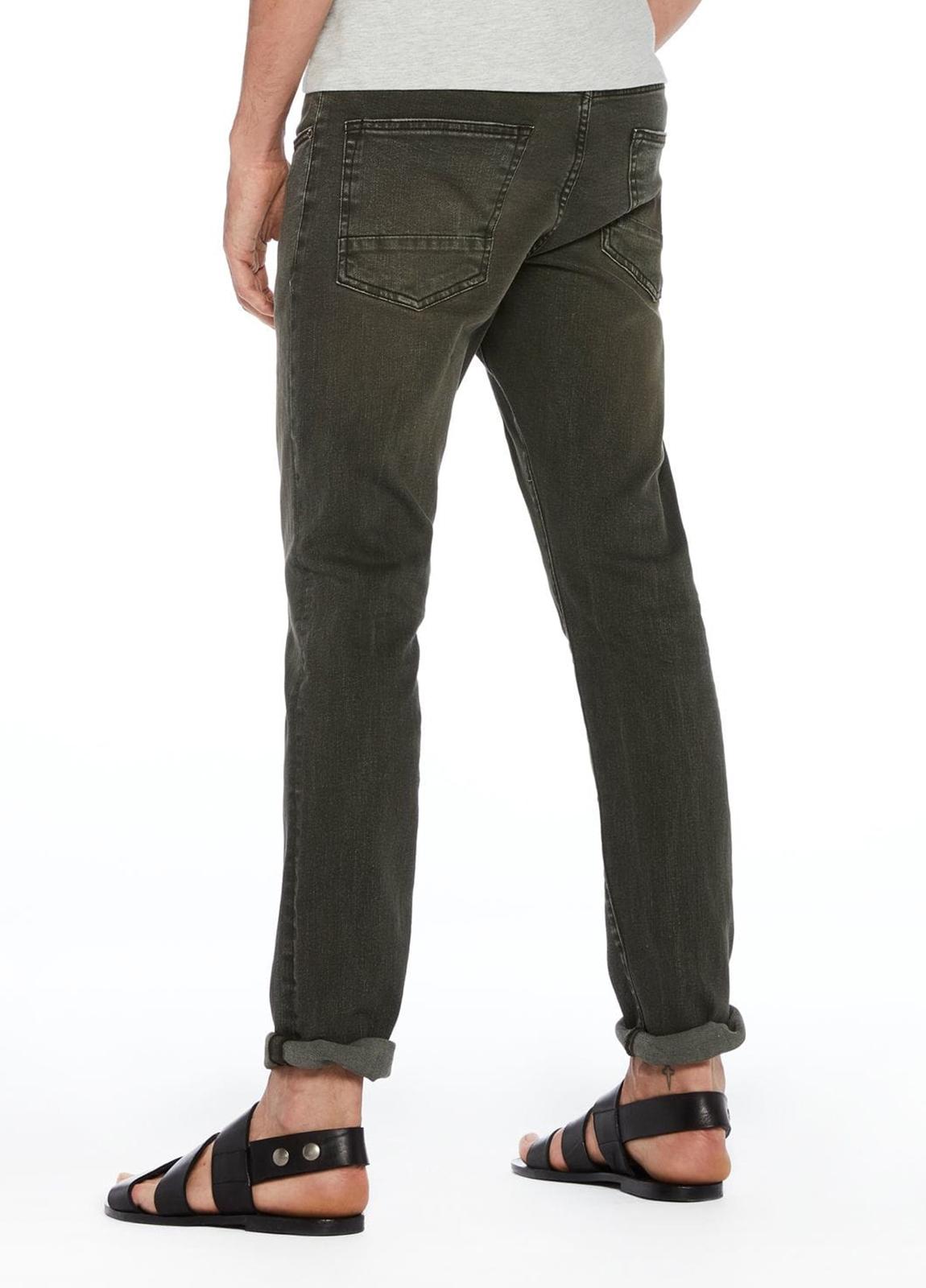 Pantalón 5 bolsillos regular slim fit modelo RALSTON denim elástico teñido en prenda color verde oscuro. 78% Algodón 21% Poliéster 1% Elastano. - Ítem1
