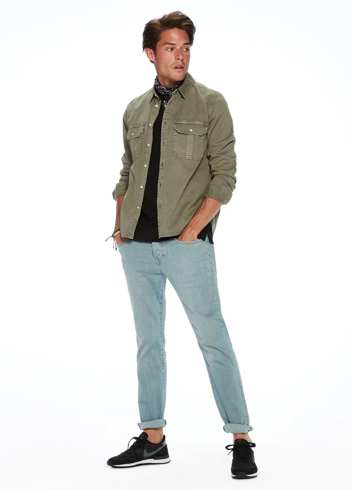 Pantalón 5 bolsillos regular slim fit modelo RALSTON denim elástico teñido en prenda color celeste. 78% Algodón 21% Poliéster 1% Elastano.