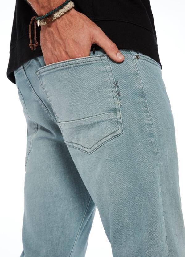 Pantalón 5 bolsillos regular slim fit modelo RALSTON denim elástico teñido en prenda color celeste. 78% Algodón 21% Poliéster 1% Elastano. - Ítem1