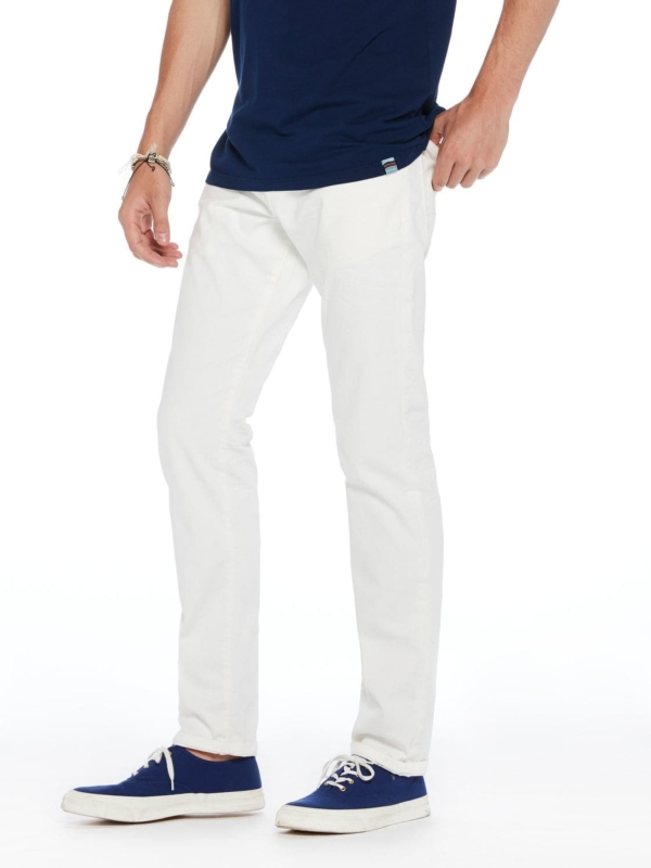Pantalón 5 bolsillos regular slim fit modelo RALSTON denim elástico blanco. 90% Algodón 8% Poliéster 2% Elastano.
