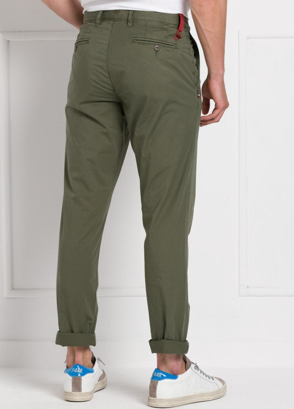 Pantalón chino ligeramente slim fit modelo OSCAR color verde oscuro. 100% Algodón popelín. - Ítem1