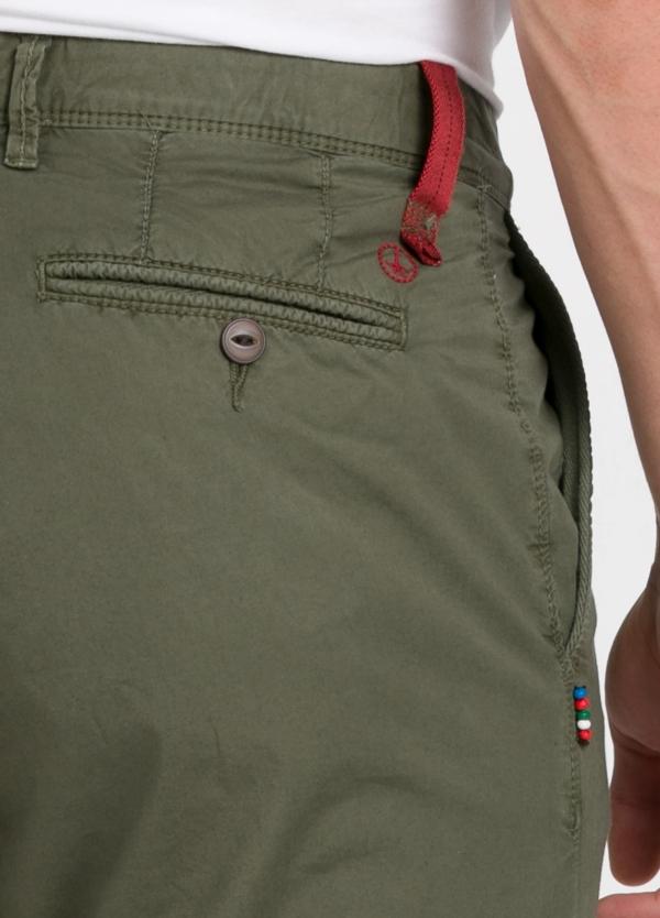 Pantalón chino ligeramente slim fit modelo OSCAR color verde oscuro. 100% Algodón popelín. - Ítem2