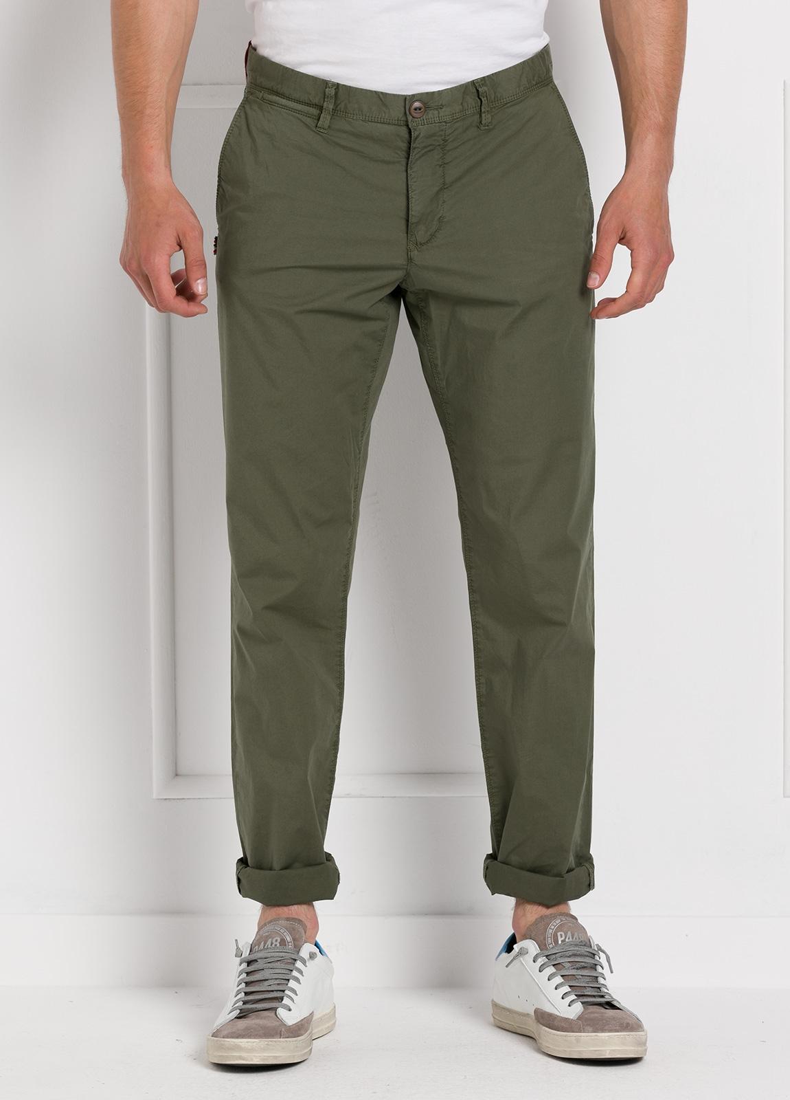 Pantalón chino ligeramente slim fit modelo OSCAR color verde oscuro. 100% Algodón popelín.