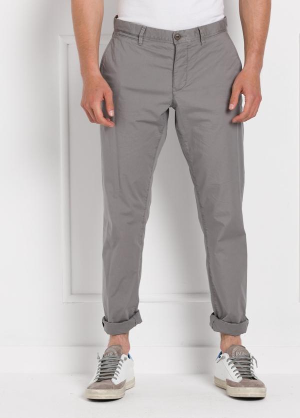 Pantalón chino ligeramente slim fit modelo OSCAR color gris. 100% Algodón popelín.