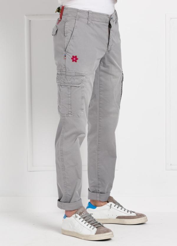 Pantalón sport modelo OLIVER color gris con bolsillos laterales. Algodón gabardina vintage.