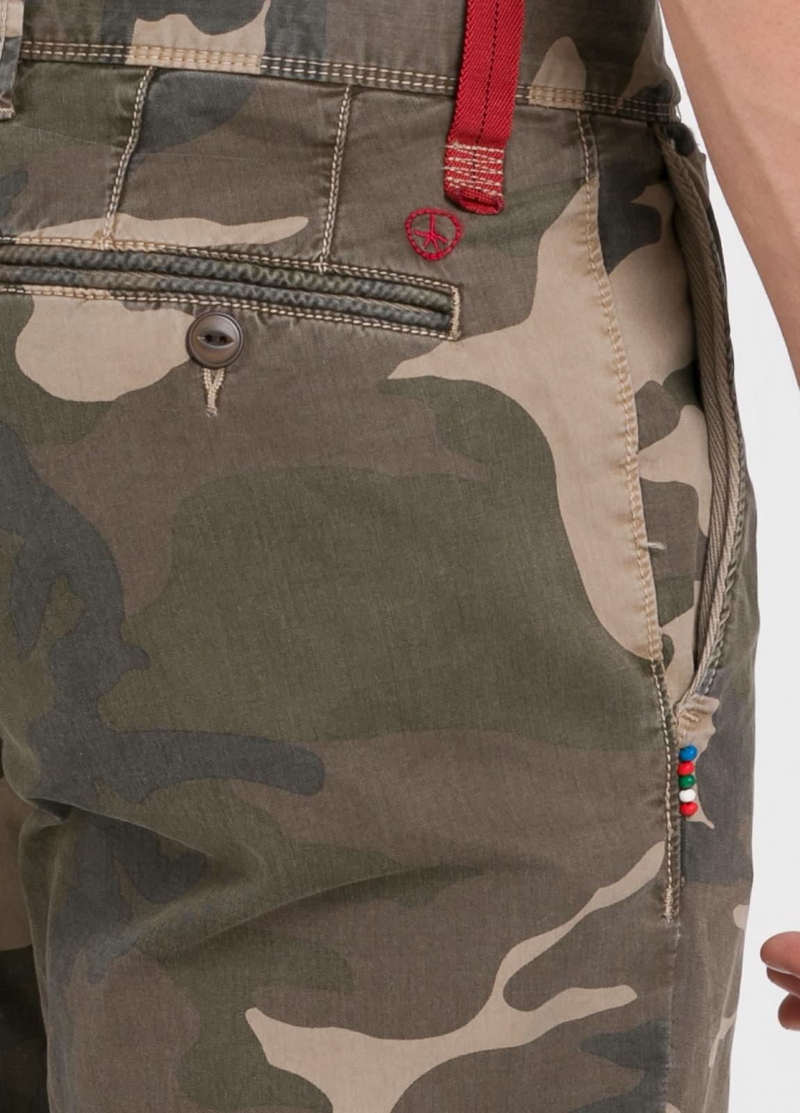 Pantalón sport modelo OSCAR con estampado de camuflaje. Algodón. - Ítem1
