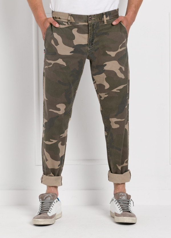 Pantalón sport modelo OSCAR con estampado de camuflaje. Algodón.